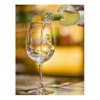 白ワインはレストランのボトルから注がれます ポストカード