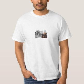 白人のティーを結婚するKara及びLamart Tシャツ
