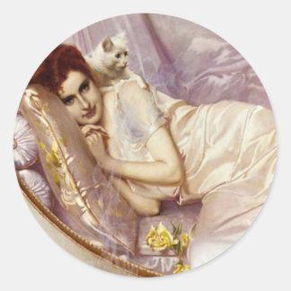 白人猫の女性の女性白い紫色の絹のベッド ラウンドシール