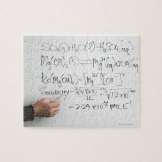 白板の化学式を書いている先生 ジグソーパズル