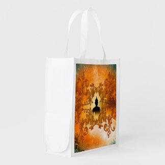 白熱[赤熱]光を放つで神秘的なライトとの日没の仏 エコバッグ