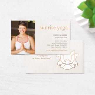 白蓮教の花のヨガの先生の写真ベージュ色 名刺