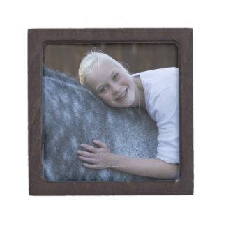 白馬の若い女の子のポートレート ギフトボックス