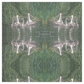 白鳥およびCygnetsのパターン(の模様が)あるな動物の生地 ファブリック