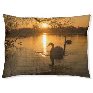 白鳥との日没 ペットベッド