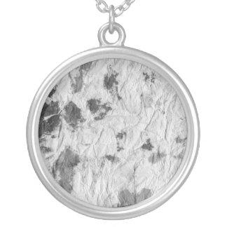 白黒しわを寄せられたペーパータオルのイメージ シルバープレートネックレス