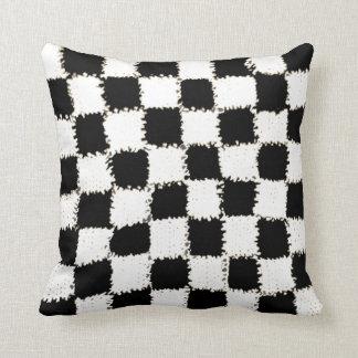白黒のかぎ針編みの一見を用いる枕 クッション