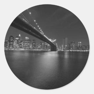 白黒のニューヨークシティのスカイライン ラウンドシール