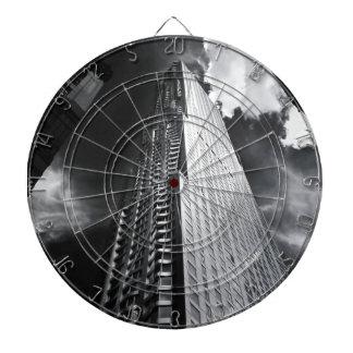 白黒のニューヨークシティの超高層ビル ダーツボード