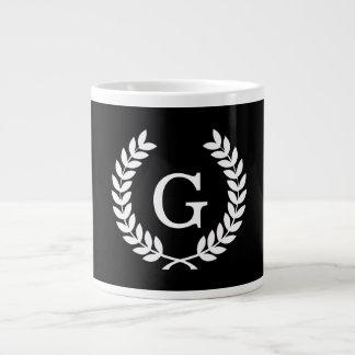 白黒のムギの月桂樹のリースのイニシャルのモノグラム ジャンボコーヒーマグカップ