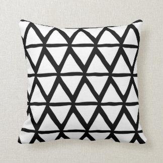 白黒の三角形の幾何学的で装飾的な枕 クッション