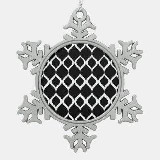 白黒の幾何学的なイカットの種族のプリントパターン スノーフレークピューターオーナメント