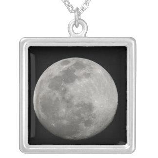 白黒の満月。 信用次のように: アーサー シルバープレートネックレス