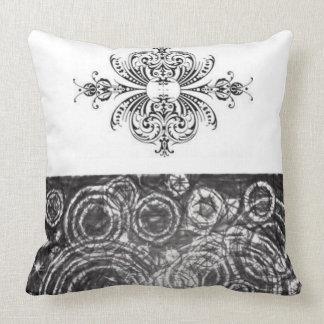 白黒の装飾的な装飾用クッション クッション