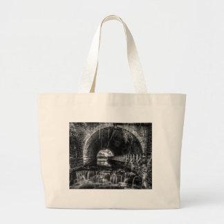 白黒の郵便はがきの滝 ラージトートバッグ