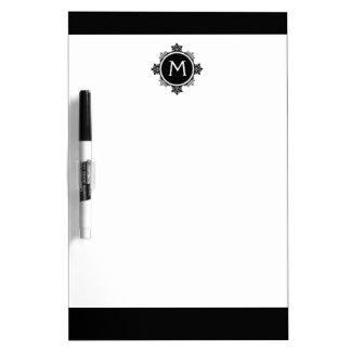 白黒の雪片のリースのモノグラム ホワイトボード