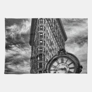 白黒のFlatironの建物そして時計 キッチンタオル