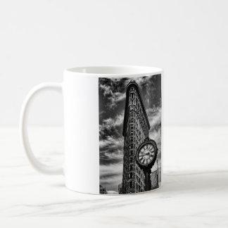 白黒のFlatironの建物そして時計 コーヒーマグカップ