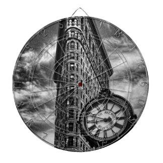 白黒のFlatironの建物そして時計 ダーツボード
