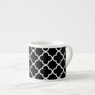 白黒のQuatrefoilモロッコのパターン エスプレッソカップ
