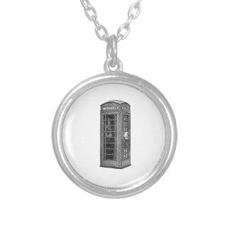 白黒イギリスの電話ボックスの絵 シルバープレートネックレス