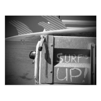 白黒サーフの上の波のサーフボードの波 ポストカード
