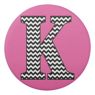 白黒シェブロンの手紙Kのクラシックのモノグラム 消しゴム