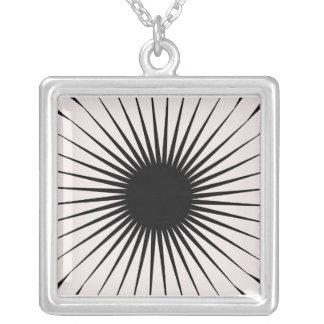 白黒スターバストのデザイン シルバープレートネックレス