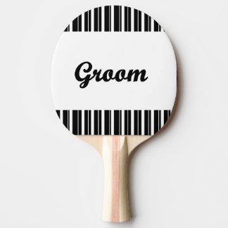 白黒ストライブ柄を持つ新郎 卓球ラケット