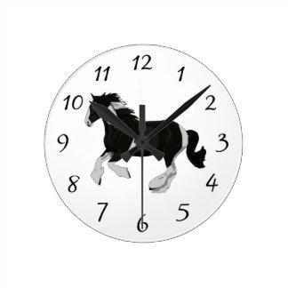白黒ペンキのまだら馬のジプシーのVannerの馬 ラウンド壁時計