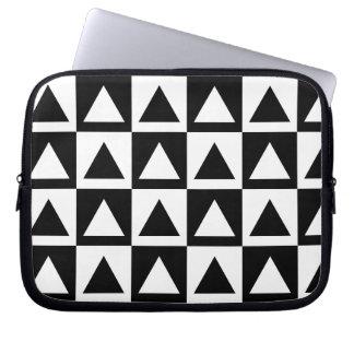 白黒三角形の幾何学的な形パターン ラップトップスリーブ