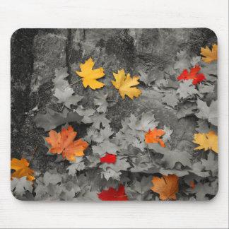 白黒世界のマウスパッドの着色された葉 マウスパッド