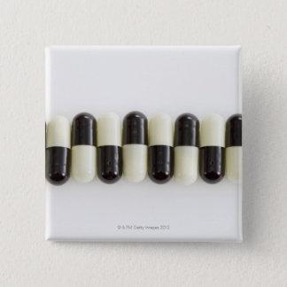 白黒丸薬の列 5.1CM 正方形バッジ