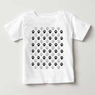 白黒子犬の足のプリント ベビーTシャツ