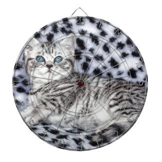 白黒毛皮にあっている若者によって斑点を付けられる猫 ダーツボード