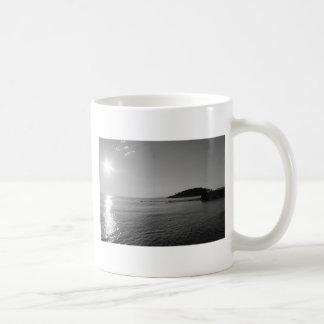 白黒海の日没 コーヒーマグカップ