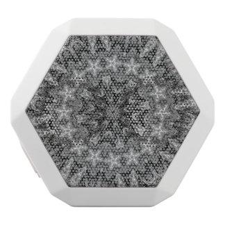白黒目まぐるしく幾何学的な曼荼羅 ホワイトBluetoothスピーカー