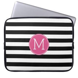 白黒縞模様のショッキングピンクのモノグラム ラップトップスリーブ
