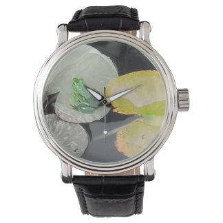 白黒背景(自然)の緑カエル 腕時計