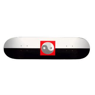 白黒陰陽のカッコいいのBroの人の女性の赤 スケートボード