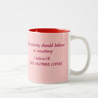 皆はコーヒー・マグを信じるべきです ツートーンマグカップ