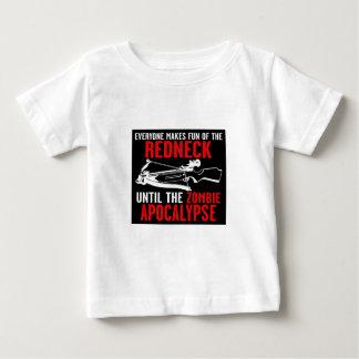 皆はレッドネックのゾンビの攻撃をからかいます ベビーTシャツ