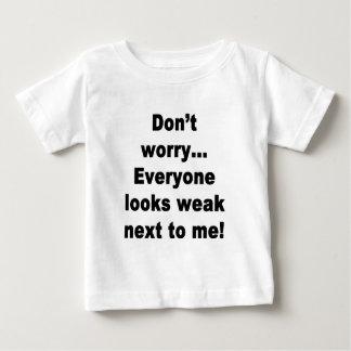 皆は私の隣で弱く見ます! ベビーTシャツ
