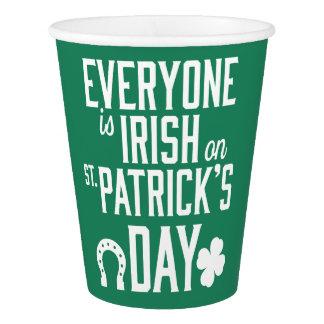 皆はSt patricks dayの紙コップでアイルランド語です 紙コップ