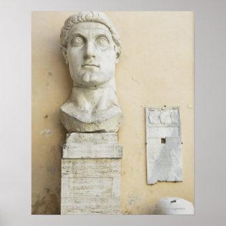 皇帝の巨大な彫像の部品 ポスター