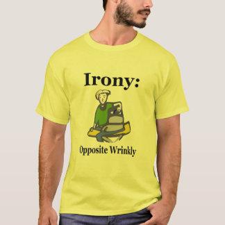 皮肉: 反対のWrinkly Tシャツ