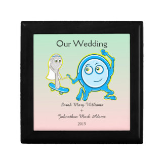 皿はスプーンの結婚式の記念品との遠くにに広がっていました ギフトボックス