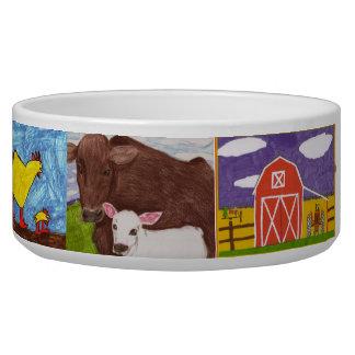 皿を食べ物を与えている犬