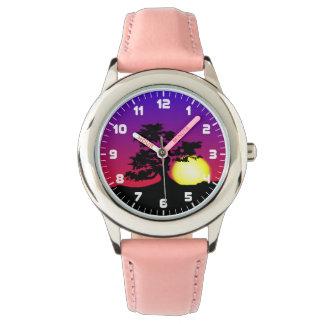 盆栽のシルエットの日没の女の子の腕時計 腕時計