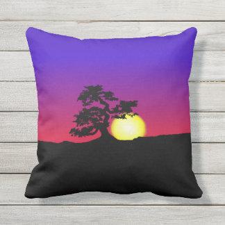 盆栽のシルエットの日没 クッション
